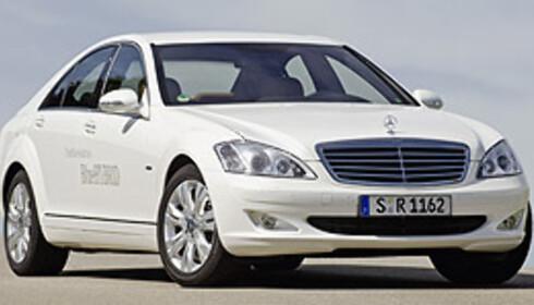 Aston Martin vil gjerne ha tilgang på Mercedes hybridteknologi. Her er S400 Blue Hybrid.