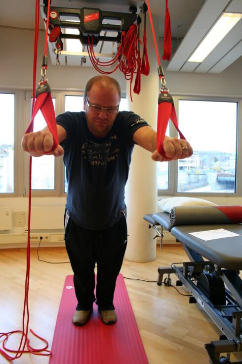 """Gjør det vondt, gjøres øvelsene feil. Her utfører Jarle Tajet øvelsen """"supermannen"""".  Foto: Merete Korsberg Dalsbø"""