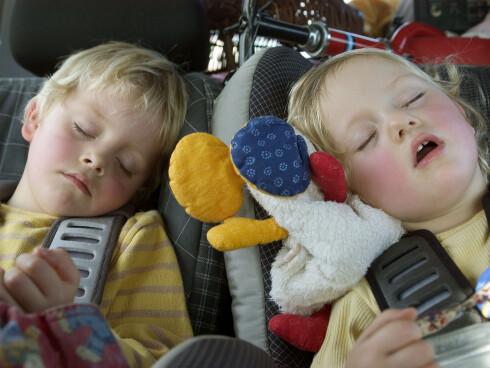 Sovner barna i bilen på vei til barnehagen, kan det være tegn på søvnunderskudd. Foto: Colourbox