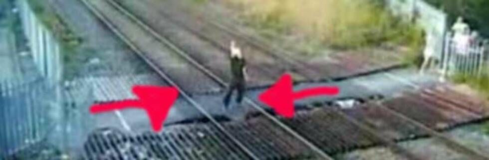 Bildet viser en ung man bare et brøkdels sekund før toget kommer susende. Skjermdump fra Youtube.com
