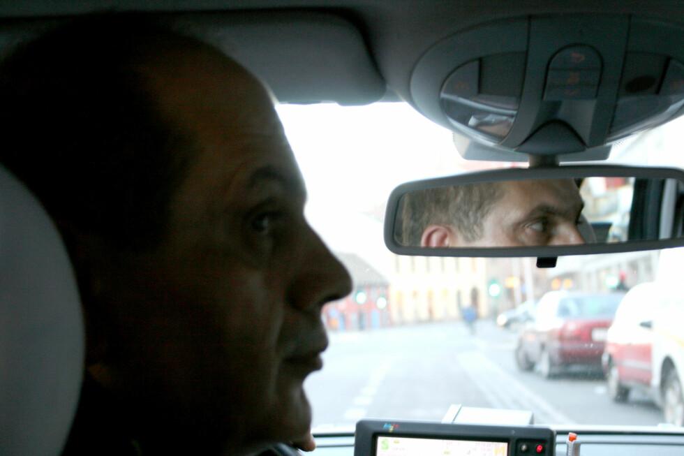Drosjesjåfør Mustafa Zeneb tror flere tar bussen under krisen. Foto: Synne Hellum Marschhäuser