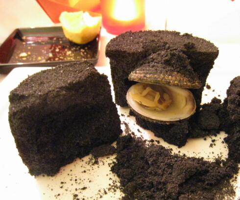 Musling bakt i salt som har blitt farget sort. Foto: Astrid Mannion