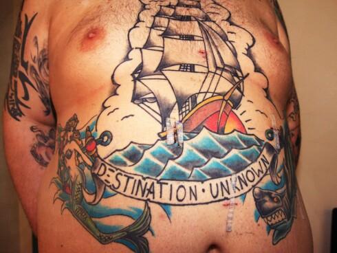 Skipet''Destination Unknown'' kan seile videre selv om Ørjans mage skrumper inn Foto: Christina Yvonne Olsen