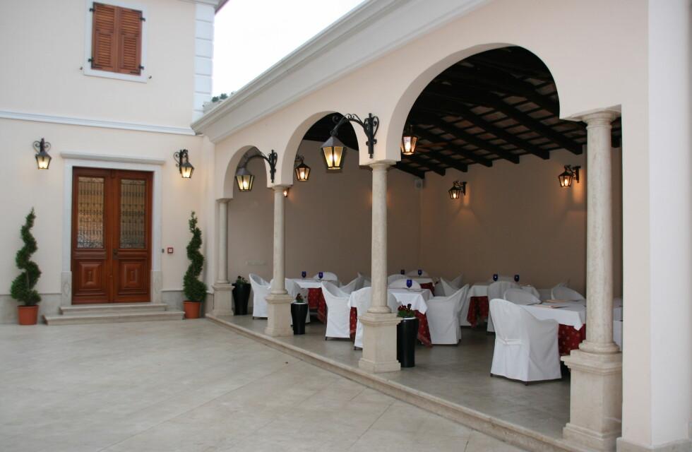 Her kan restaurantgjester på restaurant Zigante nyte en bedre trøffelmiddag ute hvis været tillater det. Foto: Astrid Mannion