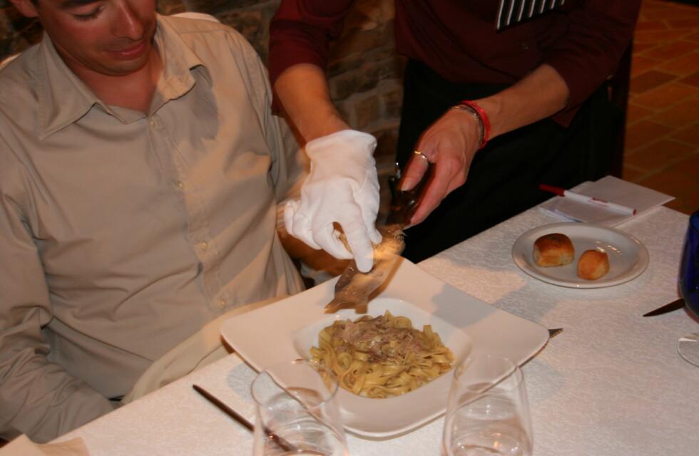 En enkel pastarett får nye høyder med noen tynne skiver trøfler. Her fra Restaurant Zigante. Foto: Astrid Mannion