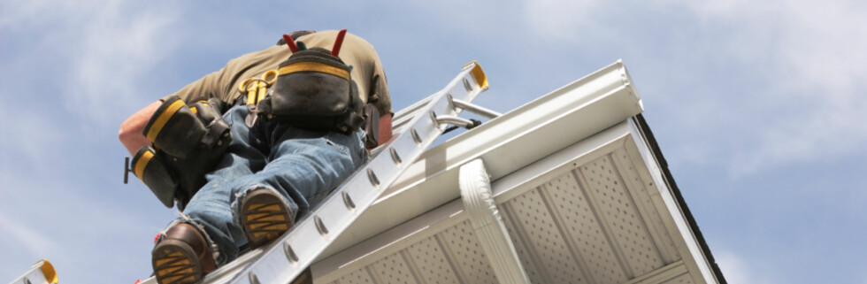 Har du ikke gjort det ennå, bør du ta turen på taket for å sjekke at alt er i orden før vinteren. Foto: iStockphoto.com