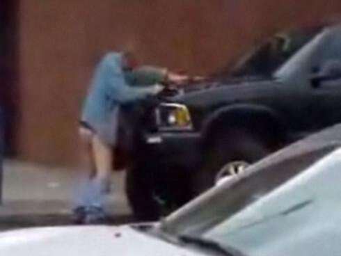 Full mann antaster SUV på åpen gate, på høylys dag. Foto: YouTube