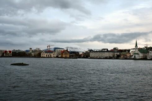 Reykjavik har sin sjarm, også vinterstid. Legg merke til de flotte fjellene i horisonten. Foto: Stine Okkelmo