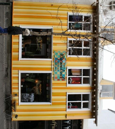 Hustrig vær lokker folk inn på kafeene. Her ser du Kafe Hjömalind. Foto: Stine Okkelmo