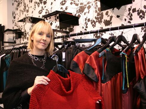 Gudrún Kristín Sveinbjörnsdóttir selger islandsk klesdesign i butikken Gust. Foto: Stine Okkelmo