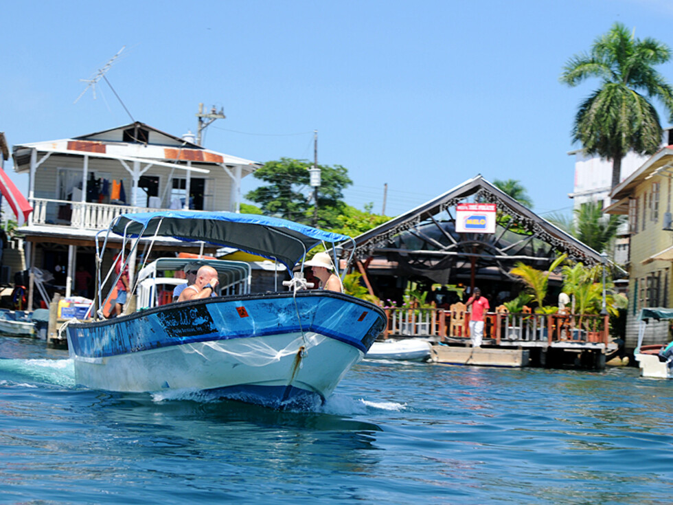 Transport mellom øyene foregår stort sett med båter som dette.  Foto: Hans kristian Krogh-Hanssen