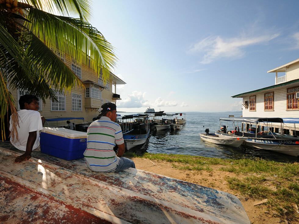 Livet går sakte i Bocas. Det er tid til å sitte å kikke litt.  Foto: Hans Kristian Krogh-Hanssen