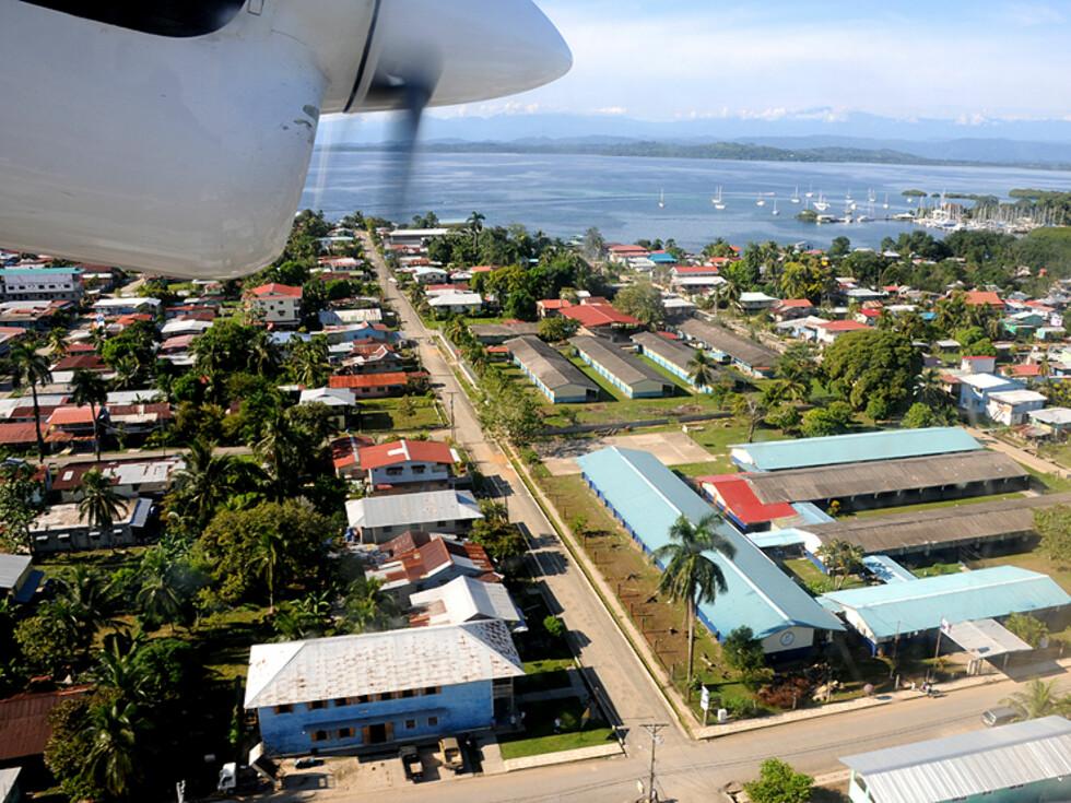 Bocas sett fra luften før landing. Ikke så stort - akkurat som du vil ha det på et sted som dette.  Foto: Hans Kristian Krogh-Hanssen