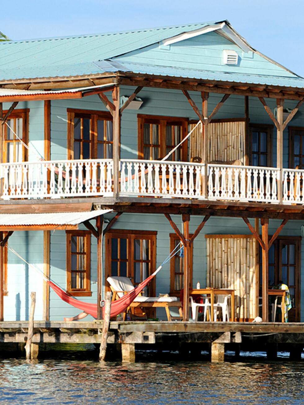 Den klassike byggestilen på husene minner om resten av Kariben.  Foto: Hans Kristian Krogh-Hanssen