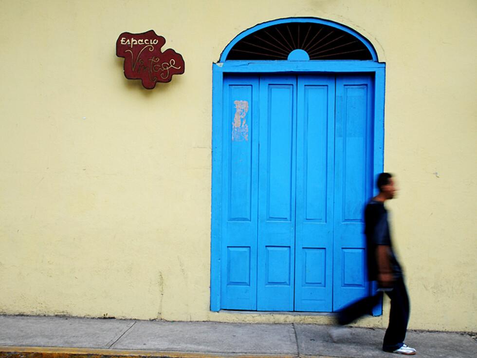 Fargene er upåklagelige, og mange av de små cafeene byr på kaffekos på dagtid. Når dørene stenges, reiser du hjem.  Foto: Hans Kristian Krogh-Hanssen