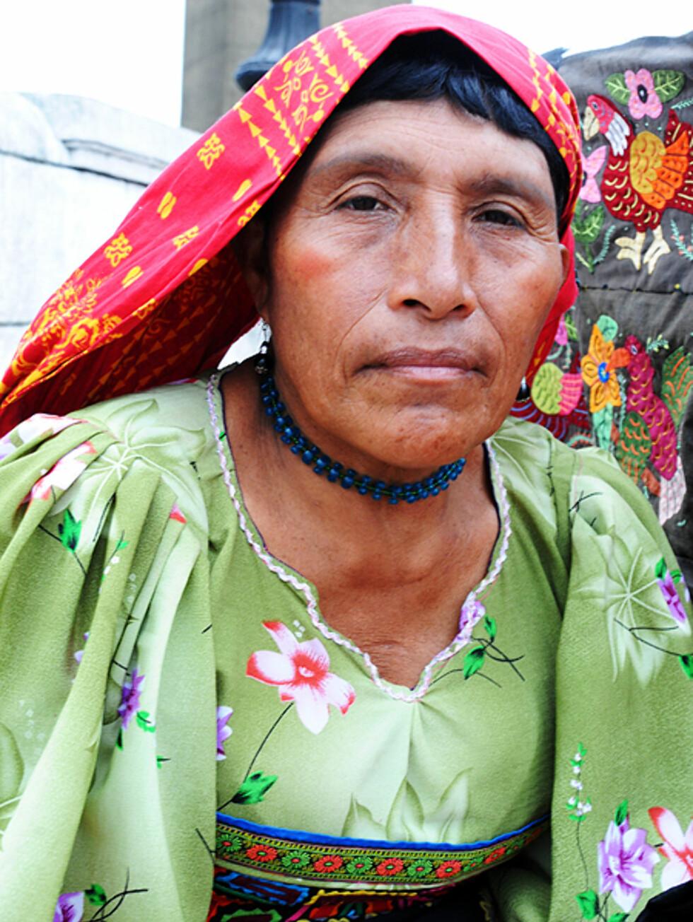En kuna-kvinne, innfødt indianer i Panama, sitter på gaten i Casco Viejo og selger hjemmelagde smykker og duker.  Foto: Hans Kristian Krogh-Hanssen
