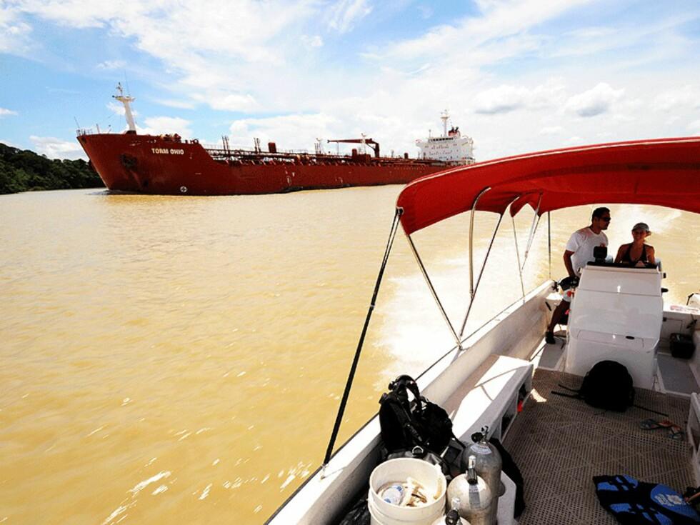 Hvert år passerer mange tusen skip Panamakanalen. Kanalen går gjennom tett jungel og sees best fra en mindre båt.  Foto: Hans Kristian Krogh-Hanssen
