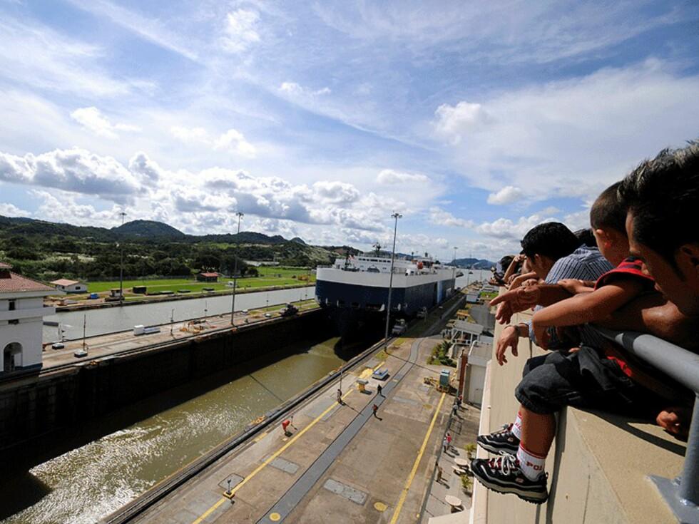 Turister overværer passeringen av et skip i Miraflores-dikene på Stillehavssiden av kanalen.  Foto: Hans Kristian Krogh-Hanssen
