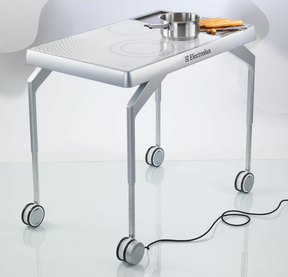 COOX: Bordet som kan brukes til det meste. Har du liten plass, burde du sette pris på denne dingsen. Topplaten på bordet er en induksjonsplate, hvor du kan koke og steke maten din. På høyre side av bordet er det et kuttebrett. Bordet er justerbart, slik at du kan gjøre det lavere om du ønsker å bruke det som spisebord. De fire hjulene låses automatisk når kontakten er koblet til. Designet av Antoine Lebrun (Frankrike) Foto: Electrolux