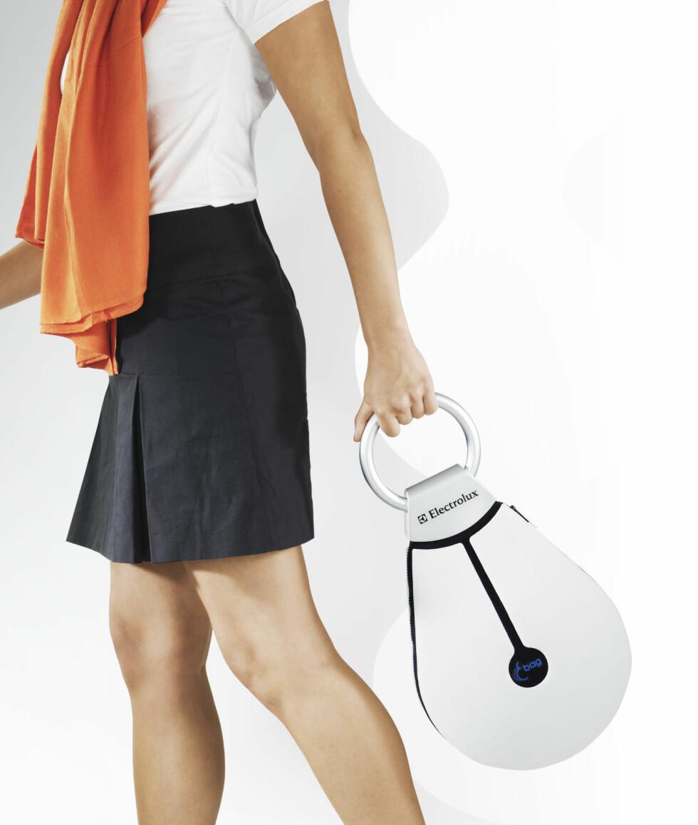 E-BAG: Denne vesken er et lite kjøleskap! Sving den fram og tilbake når du spaserer og kjøleelementene vil starte å jobbe, og du holder maten og drikken kald. Perfekt for å holde brusen kald på vei til piknik i parken? Designet av Apor Püspöki (Ungarn) Foto: Electrolux