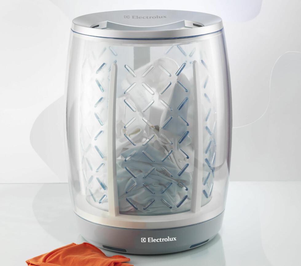 IBASKET: Denne kurven gir deg tre produkter i én: skittentøyskurv, vaskemaskin og tørketrommel. Putt klærne dine i kurven og den vil automatisk begynne å vaske og tørke når den fyller seg opp. Maskinen bruker minimalt med vann. Den kan styres gjennom medfølgende fjernkontroll eller ved hjelp av en datamaskin. Designet av Guopeng Liang (Kina) Foto: Electrolux