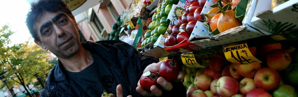 Burhan Koyuncus frukt og grønnsaksbutikk på Grønland torg har et bredt utvalgt av eksotiske frukter. Hans personlige favoritter er Tamarillo og Mangostan.   Foto: Merete Korsberg Dalsbø