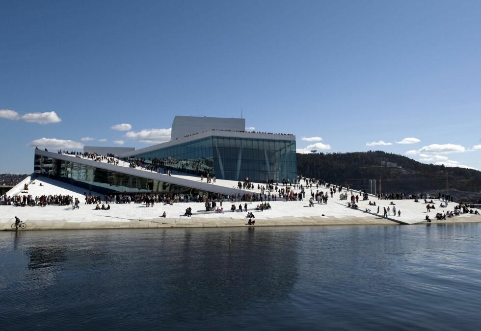 Operaen selger nå ståplasser til ivrige publikummere. Foto: Erik Berg