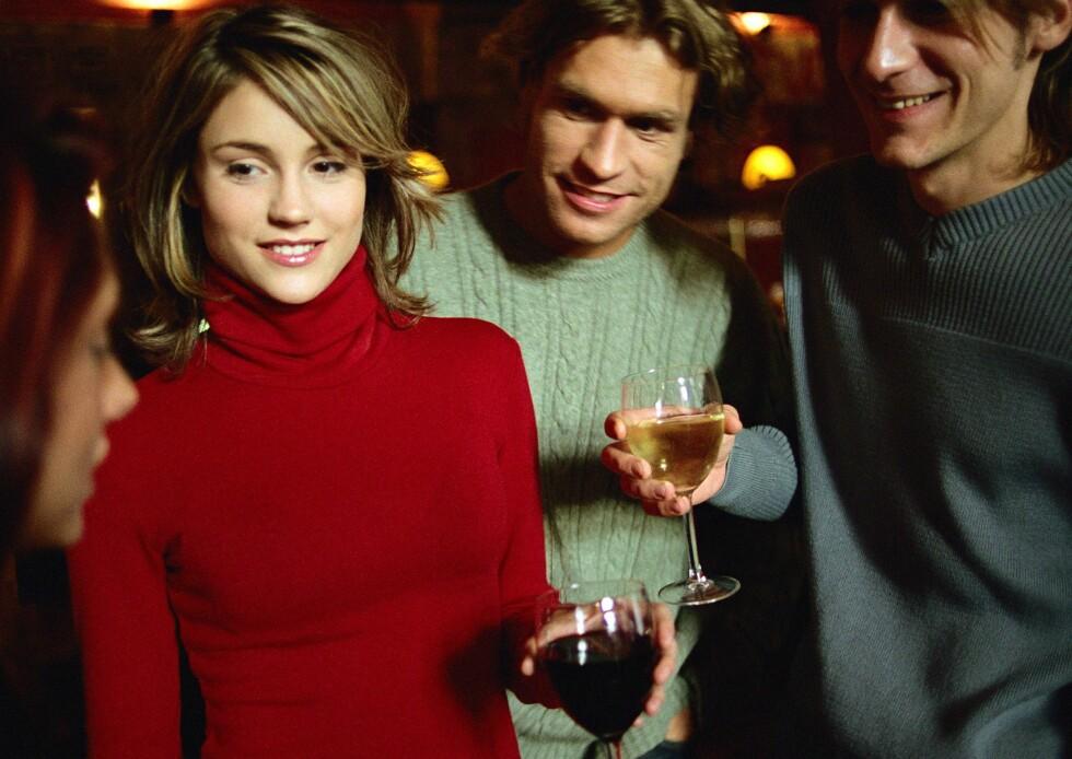 Gi hele din oppmerksomhet til kvinnen, er et av bartendernes beste sjekketriks.     Foto: Colourbox