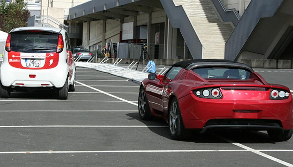 """""""Kappkjøring"""" mellom to el-biler: i-MiEV til venstre, Tesla Roadster til høyre. Foto: Knut Moberg"""