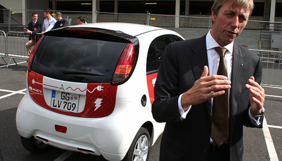 Administrerende direktør Bernt Jessen forklarer om den nye el-bilen. Foto: Knut Moberg