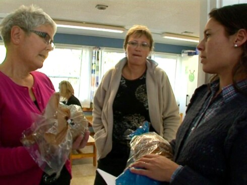 SFO-leder Mariannne M. Solbakken og baseleder Eva Bengtson får gode råd fra ernæringsekspert Camilla Andersen.