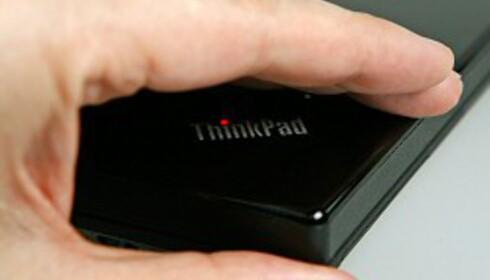 En artig detalj er den lysende prikken over i'en i ThinkPad-logoen.