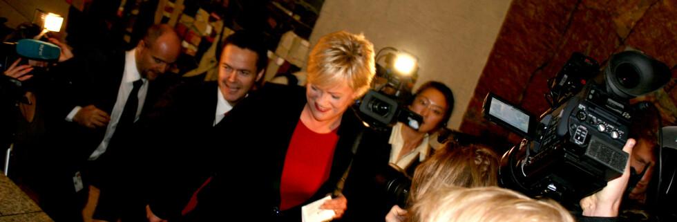 Kristin Halvorsen møter et samlet pressekorps. Foto: Kim Jansson