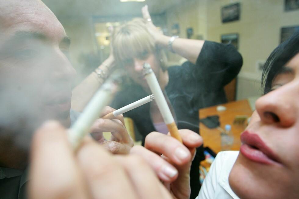 At passiv røyking ikke er bra er godt dokumentert. Nå mener forskere at barn som blir utsatt for passiv røyking kan utvikle symptomer på nikotinavhengighet.  Foto: Colourbox