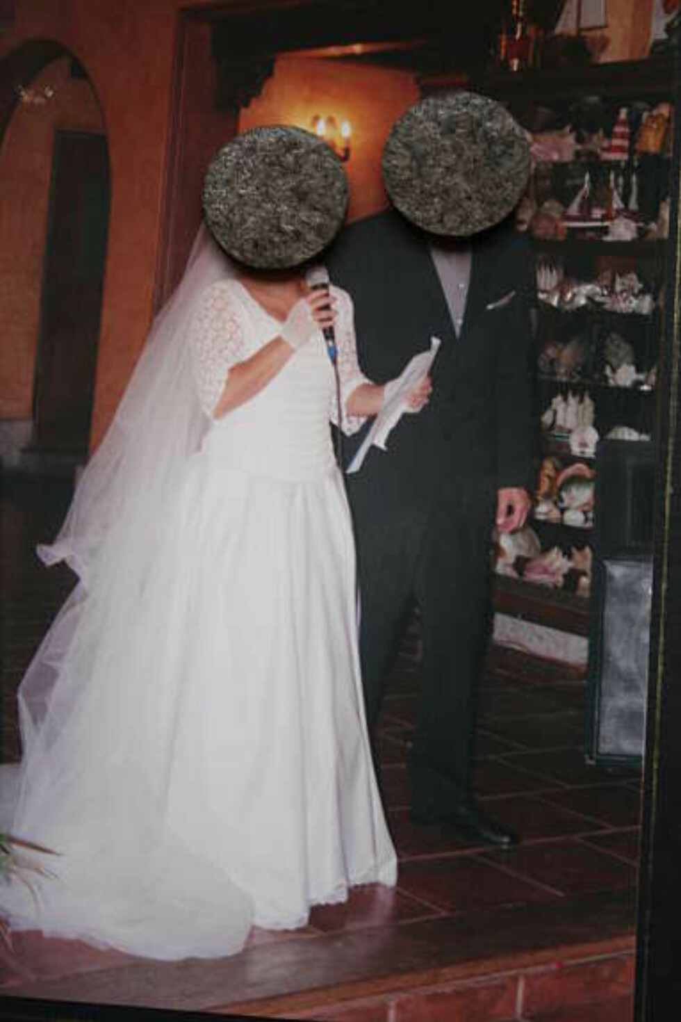 """Talene og sangen var så grusomme at fotografen ble nødt til å anonymisere brudeparet i etterkant. """"AIAIAI! STEINANSIKT!"""" En kommentar fra Facebook. Foto: Faksimile: Finn.no"""