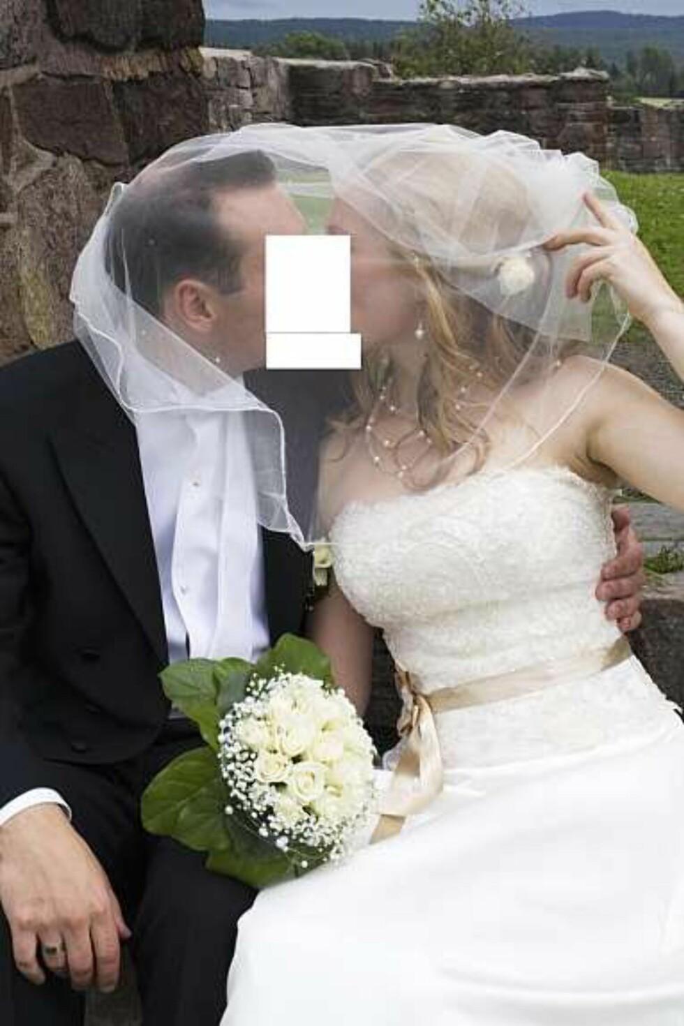 """""""Dette ble for grovt til å vises på Finn!"""" Kommentar fra Facebook. Og det måtte to firkanter til, før det usynlige kysset virkelig tok oppmerksomheten fra kjolen. Foto: Faksimile: Finn.no"""
