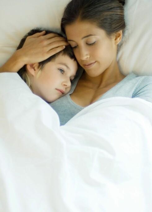 Gi barnet masse omsorg, men unngå å skjemme bort med gaver og andre ting mens det er sykt, råder eksperter.  Foto: colourbox.com