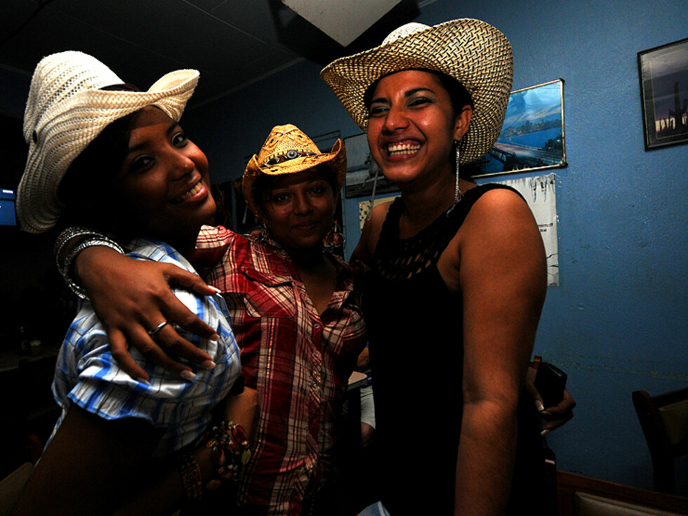 Tre ticas i landsbyen Tilarán. Dette er hovedsetet for cowboy, eller sabanero-kulturen i staten Guanacaste nord i landet.  Foto: Hans Kristian Krogh-Hanssen
