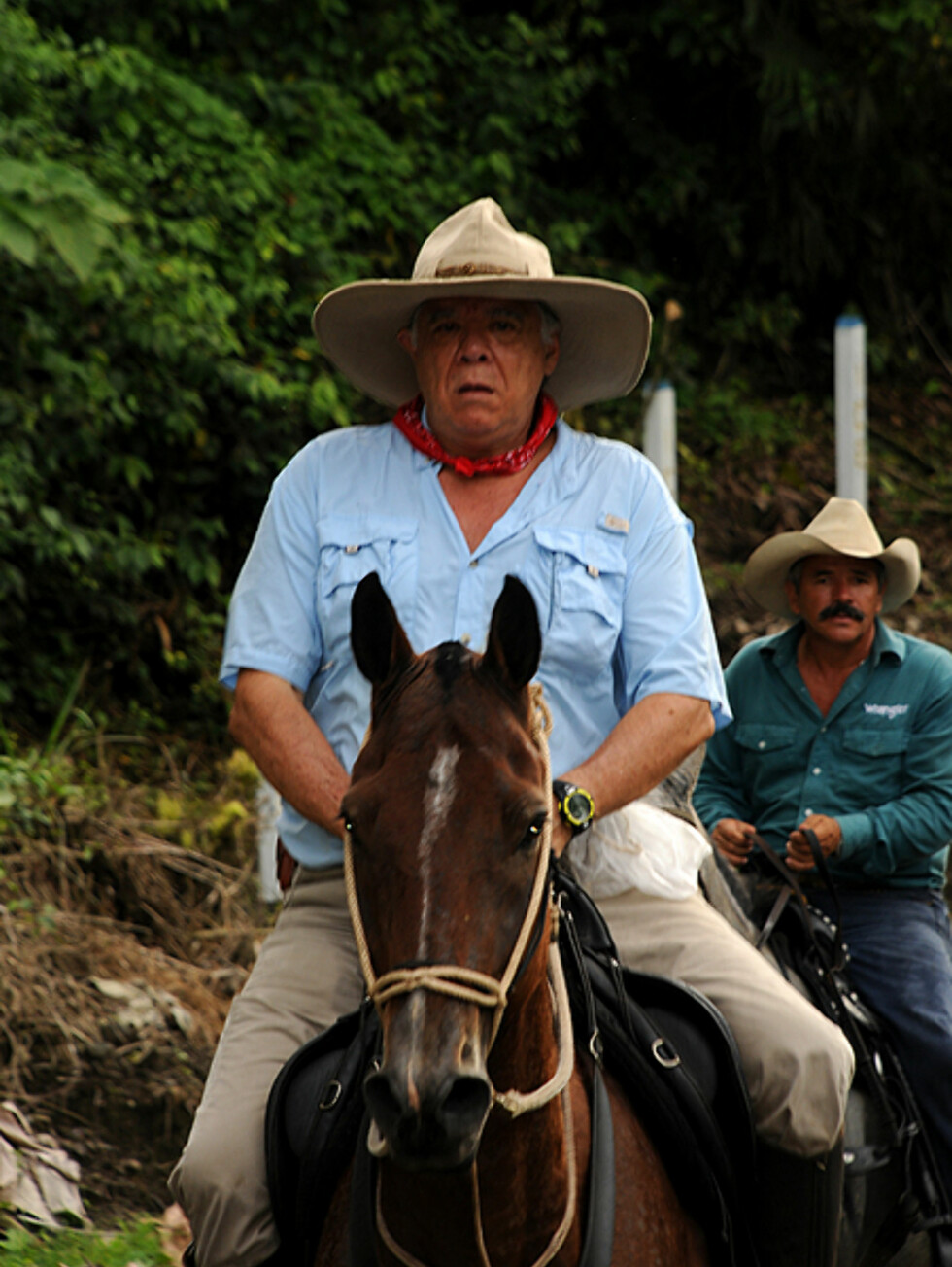 To Sabaneros i La Fortuna. Kjent for sine praktfulle hester, rir mange av dem stolte rundt på veiene med et litt amerikansk preg over seg.  Foto: Hans Kristian Krogh-Hanssen
