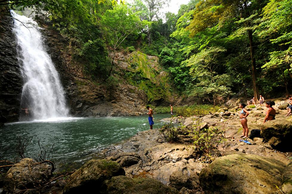 Et fossefall rett ved strandbyen Montezuma på Stillehavskysten. Noe du finner flere tusen av i det grønne Costa Rica.  Foto: Hans Kristian Krogh-Hanssen
