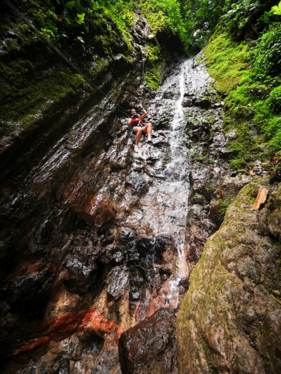 Canyoneering i la Fortuna er et av mange actionfylte tilbud du kan ta del i rundt innsjøen Arenal. Med opp til 40 meter rett ned de mosefylte fjellveggene, er det ikke for deg med høydeskrekk.  Foto: Hans Kristian Krogh-Hanssen