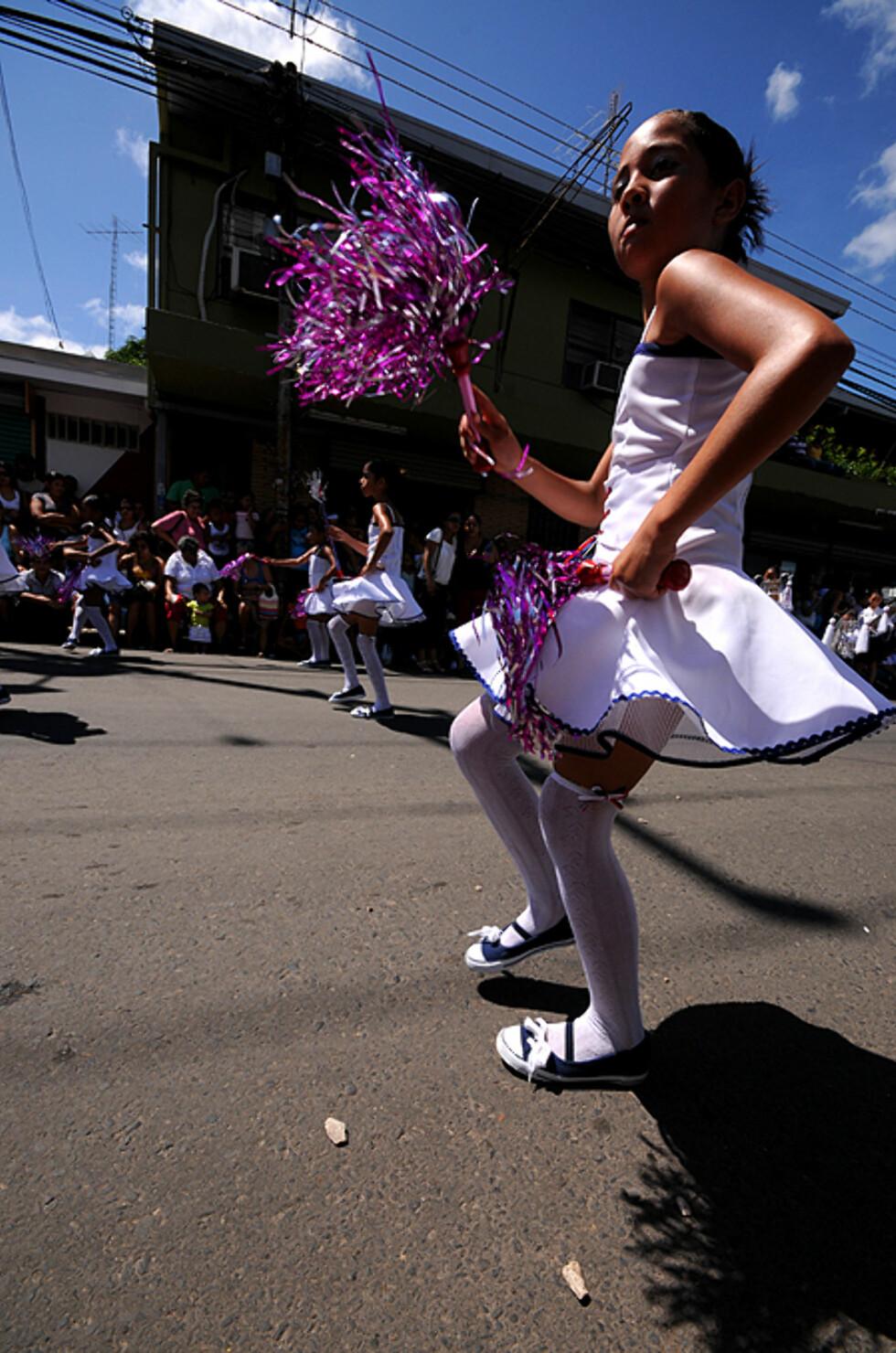 En skolejente danser i parade på nasjonaldagen 15 september i Líberia. Når C.R feirer sin uavhengighet fra Nicaragua.  Foto: Hans Kristian Krogh-Hanssen