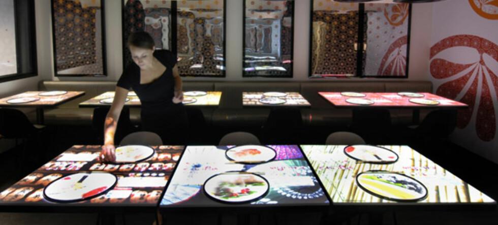 På denne restauranten bestiller du mat og ber om regningen ved å berøre det interaktive spisebordet. Foto: Inamo