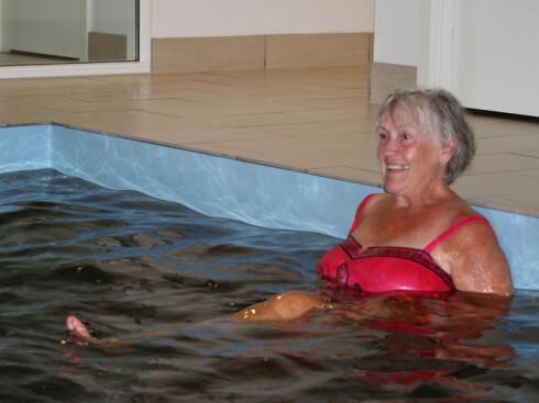 Venninner på kurtur: Danske Vera prøver å sitte på en krakk i det ramsalte vannet, men flyter opp.  Foto: Elisabeth Dalseg