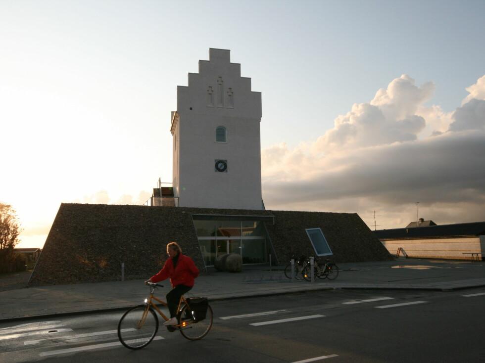 Læsø kur er bygget opp rundt den nedlagte kirken i Vesterø havn, en liten spasertur unna der fergen legger til kai. Foto: Elisabeth Dalseg
