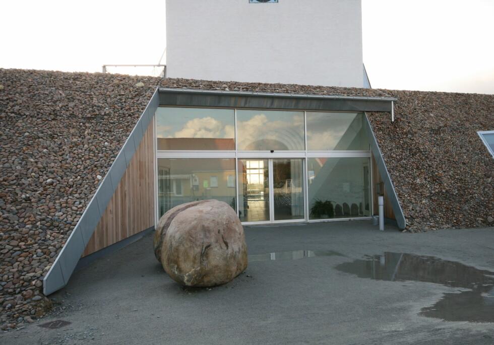 Inngangspartiet er lyst og moderne, og tilbygget er dekket av lokale naturmaterialer, rullestein og tre.  Foto: Elisabeth Dalseg