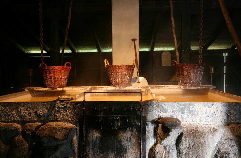 Saltet leveres fra det lokale saltsyderiet Læsø salt. Her fremstilles salt som på gamlemåten. En gang i døgnet skummes karene for det edle mineralet.  Foto: Elisabeth Dalseg