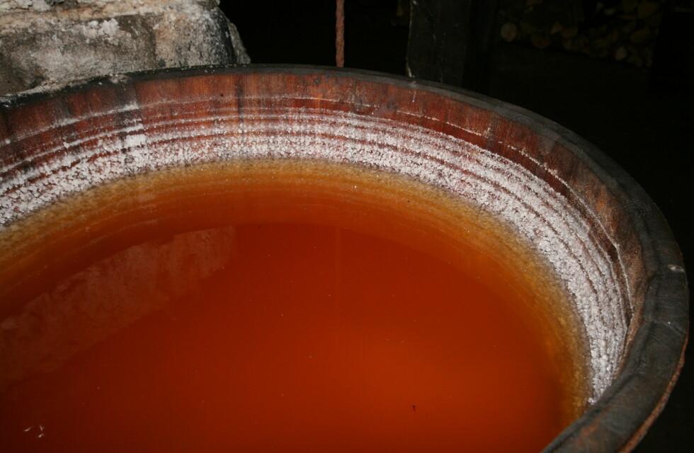 Når Læsø salt har utvinnet så mye salt som mulig, ser restvannet omtrent slik ut. Det er dette vannet som brukes i saltbadene på Læsø kur.  Foto: Elisabeth Dalseg