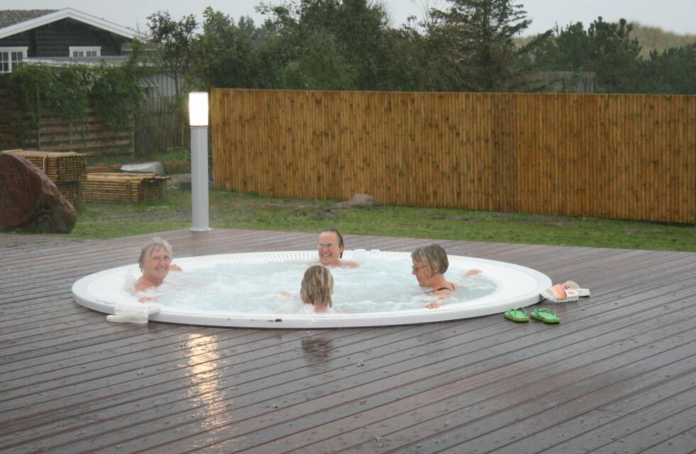 Læsø kur har også et varmt boblebad utendørs. Det er populært uansett vær! Her en venninnegjeng fra København. Foto: Elisabeth Dalseg