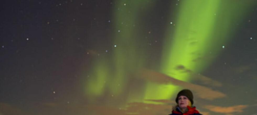 En tårevåt og rørt Joanna Lumley får oppleve nordlys for første gang.  Foto: Kjetil Skogli/Takeaway Media
